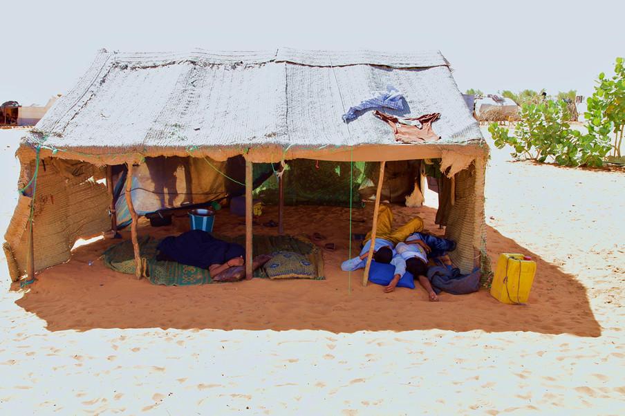 Malinese Toearegvluchtelingen in Mbera, Mauritanië. Overdag kan de temperatuur oplopen tot 50 graden Celsius. (November 2013). Foto's: Andreas Stahl