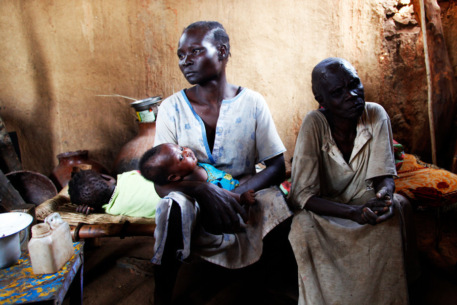 Inwoners van de Soedanese Noebabergen. Hun (klein)zoon kwam een week eerder om bij een luchtaanval door het Soedanese leger. (Mei 2013).