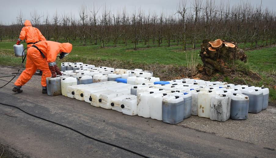 Specialisten halen vaten chemisch drugsafval op die zijn gedumpt langs een landweggetje in Ammerzoden, Brabant. Foto: Marcel van den Bergh / HH