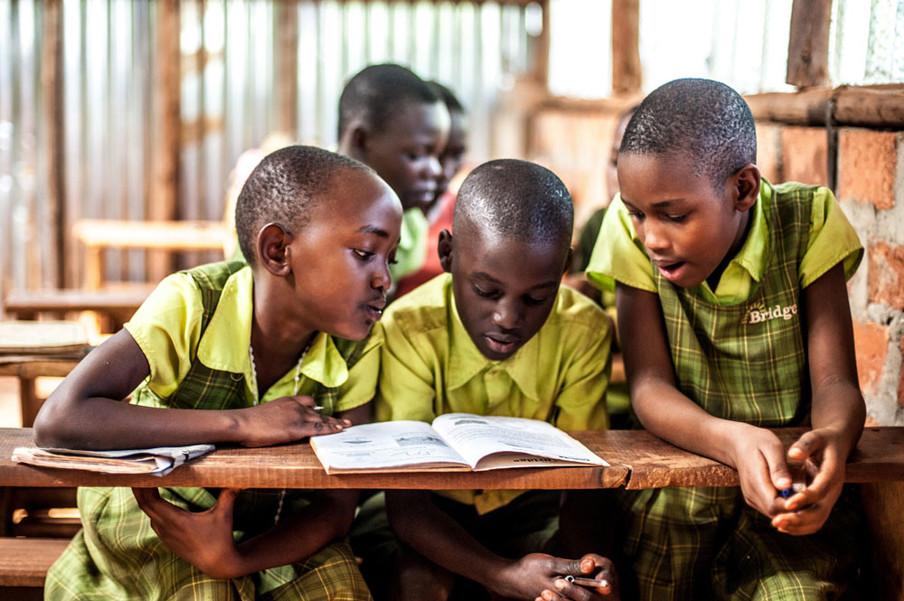 Op een basisschool van Bridge International Academies in Mpigi, Oeganda. Foto: Jon Rosenthal / Alamy