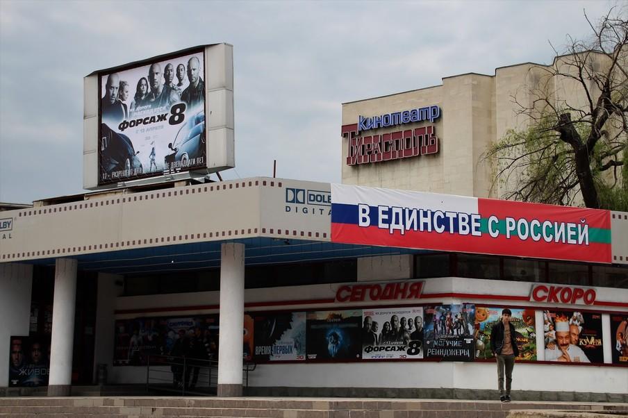 Een bioscoop in de Transnistrische hoofdstad Tiraspol. 'In eenheid met Rusland' staat te lezen op een doek met de Russische en de Transnistrische vlag.