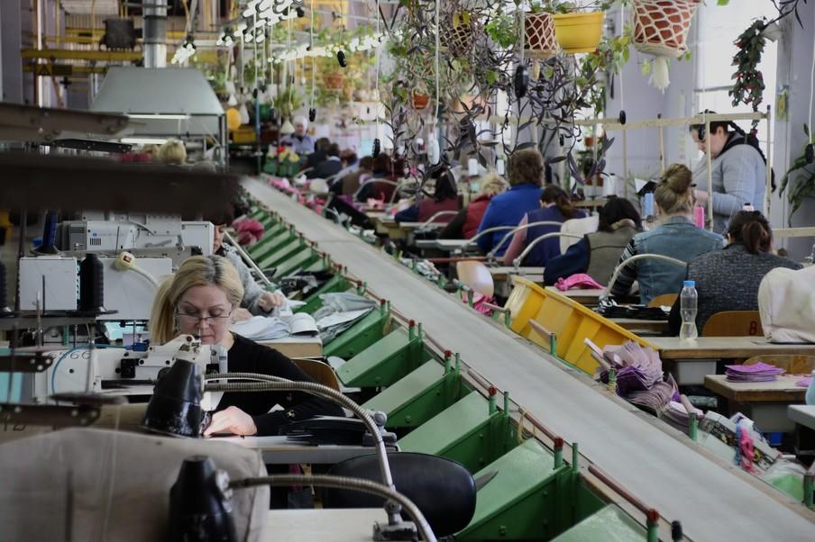 Medewerksters van de schoenenfabriek Floare aan het werk in de Transnistrische stad Bendery.