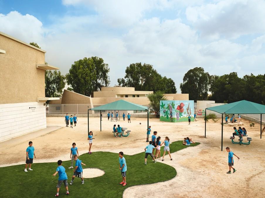 Shikim Maoz School, Sderot, Israël. Uit de serie Playgrounds van fotograaf James Mollison. Courtesy Flatland Gallery, Amsterdam.