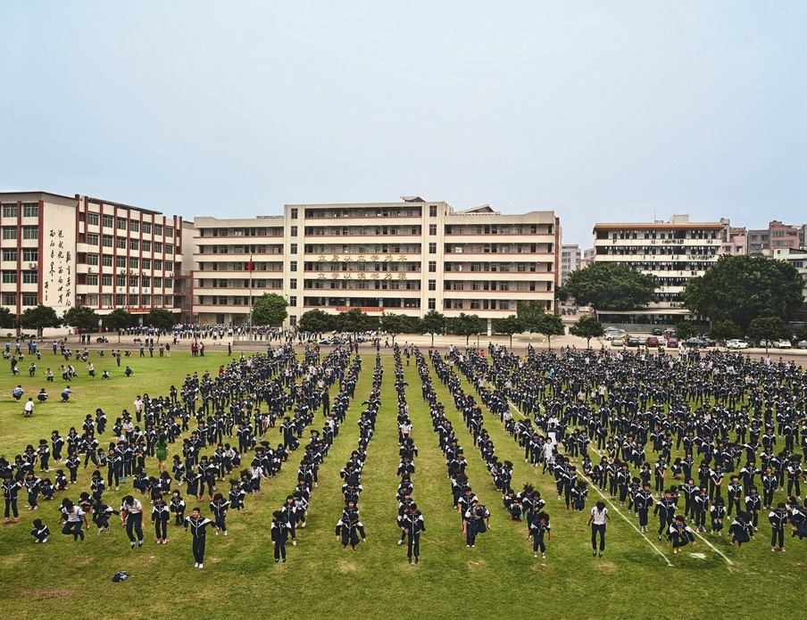 He Huang Yu Xiang Middle School, Qingyuan, China. Uit de serie Playgrounds van fotograaf James Mollison. Courtesy Flatland Gallery, Amsterdam.