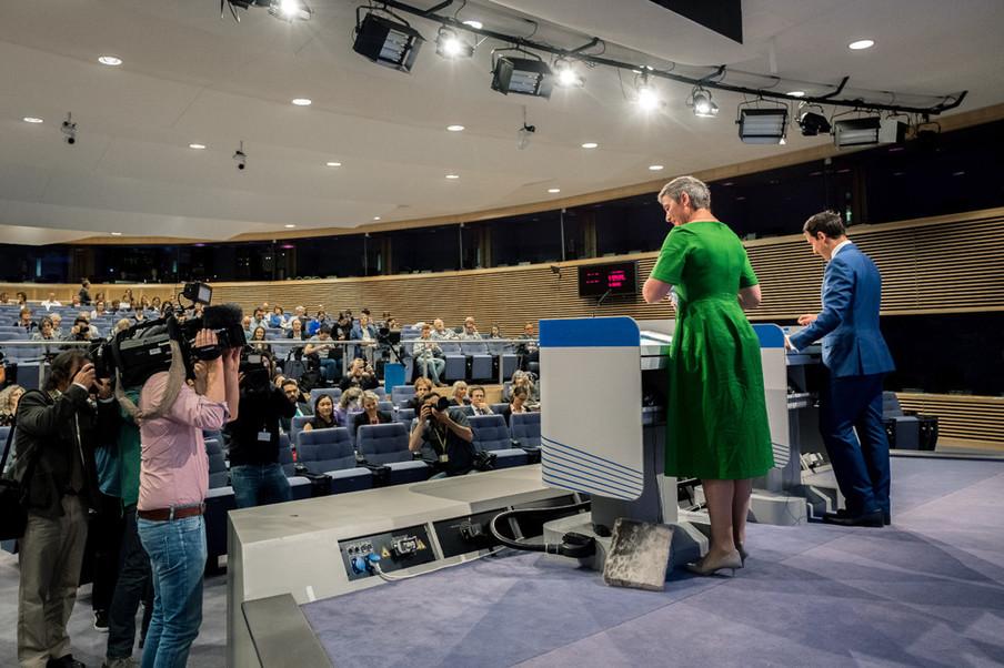 """Margrethe Vestager staat erop dat haar besluiten eenvoudig te begrijpen zijn: """"Als je het gevoel wilt krijgen dat je in een maatschappij leeft waarin de markt functioneert op een manier die oké is, moet je die ook kunnen snappen.""""Foto: Merlin Meuris / Zetland"""