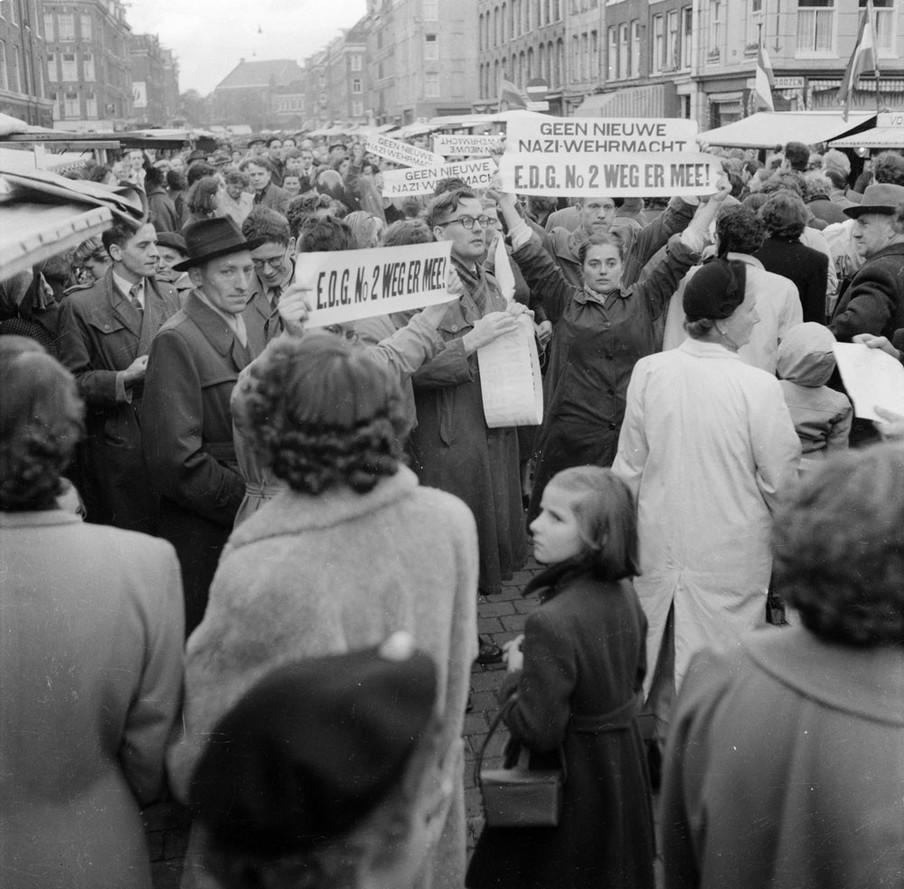 Demonstratie tegen de Europese Defensie Gemeenschap in Amsterdam. Foto: Dolf Kruger / HH