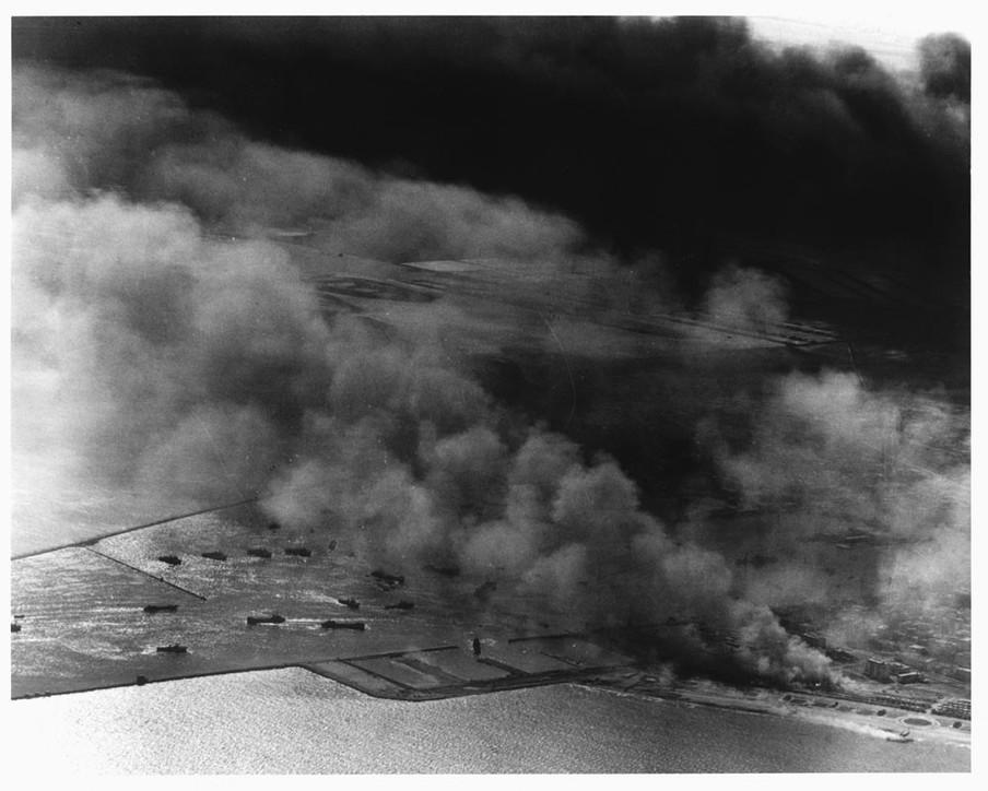 Rook rijst op uit de haven van Said nadat een Frans-Engels vliegtuig de stad heeft gebombardeerd tijdens de Suezcrisis. Foto: Hulton Deutsch / Getty