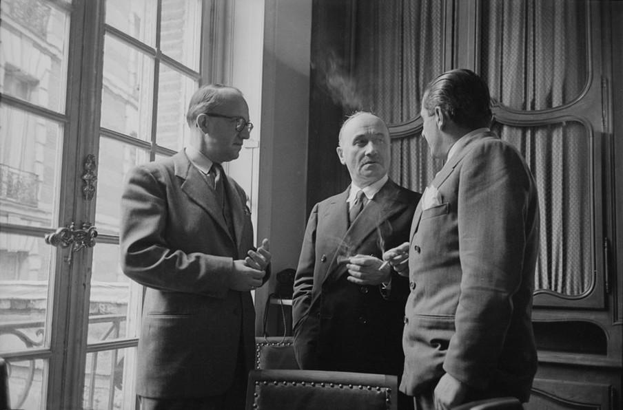 Drie diplomaten, onder wie Jean Monnet, tijdens de onderhandelingen over het plan-Schuman in Parijs, 1950. Foto: Nat Farbman / Getty