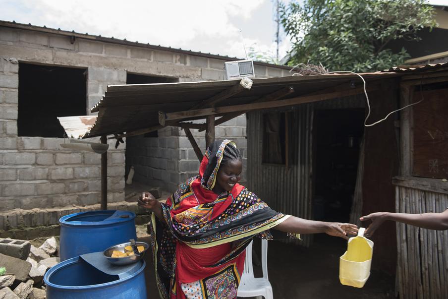 Mary Wani volgt het nieuws op Radio Miraya. Juba, Zuid-Soedan. Foto: Charles Lomodong (voor De Correspondent)