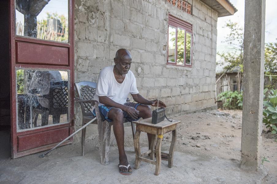 Ijino Oyenak luistert bij voorkeur naar de BBC voor het nieuws. Juba, Zuid-Soedan. Foto: Charles Lomodong (voor De Correspondent)