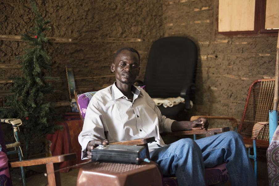 Martin Wani luistert met name naar de Arabische versie van de BBC om op de hoogte te blijven. Juba, Zuid-Soedan. Foto: Charles Lomodong (voor De Correspondent)