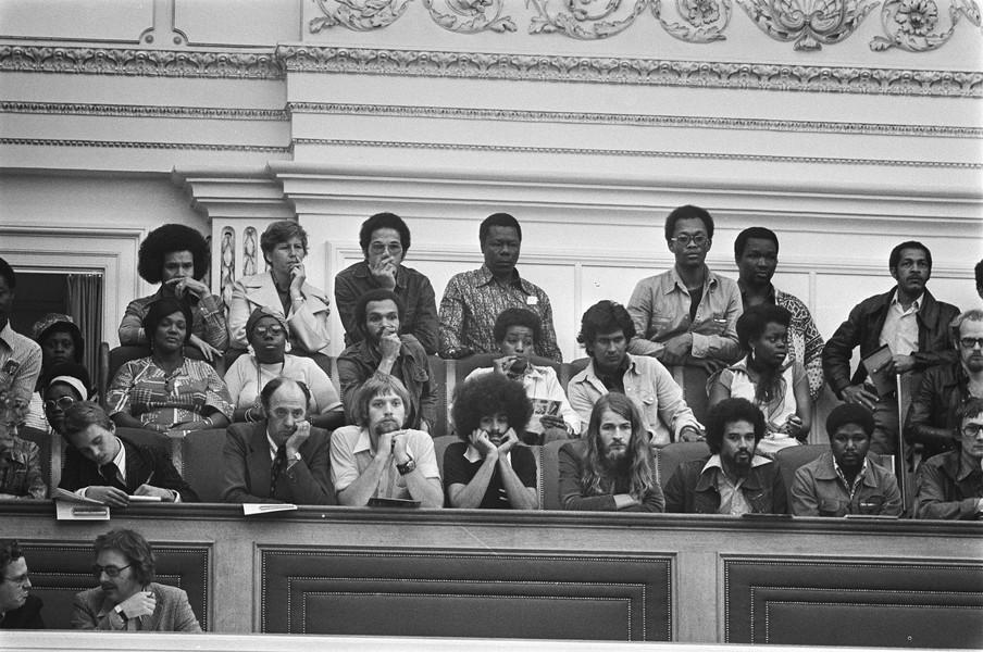 Tweede Kamer bespreekt de migratie en begeleiding van Surinamers, grote belangstelling van Surinamers op publieke tribune. Foto: Hans Peters / Nationaal Archief