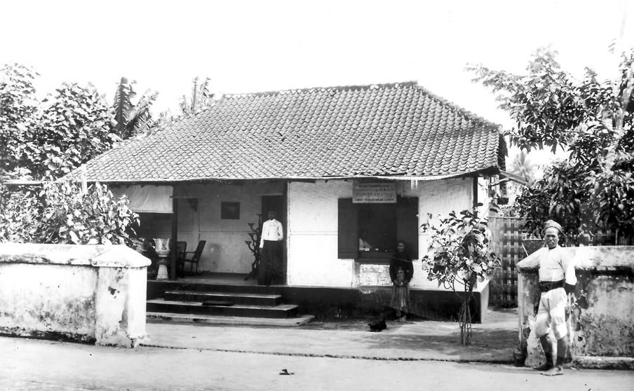 Opiumverkoopplaats in de kampong Totogan, bij Soerakarta, circa 1905. Foto: Collectie Nationaal Museum van Wereldculturen. Coll.nr. TM-60002366