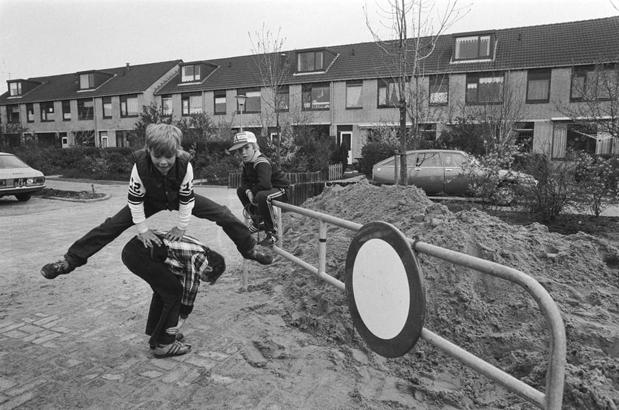 Kinderen spelen naast een plek waar vaten zijn gevonden in Lekkerkerk. Foto: Hans van Dijk / Nationaal Archief