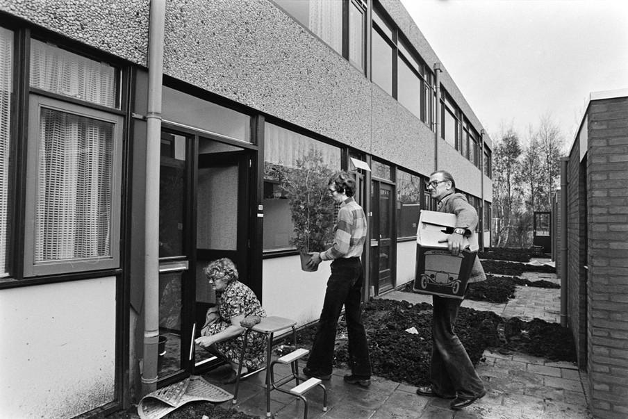 De eerste bewoners mogen weer terug in hun huis na het afgraven van de gifgrond onder hun huizen. Foto: Bert Verhoeff / HH