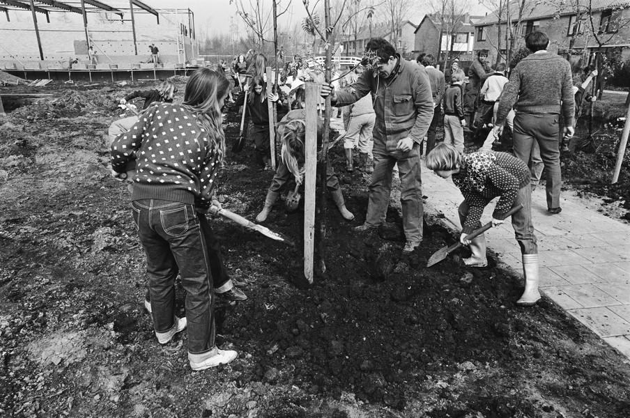 Schoolkinderen planten de eerste nieuwe bomen. Foto: Marcel Antonisse / Nationaal Archief