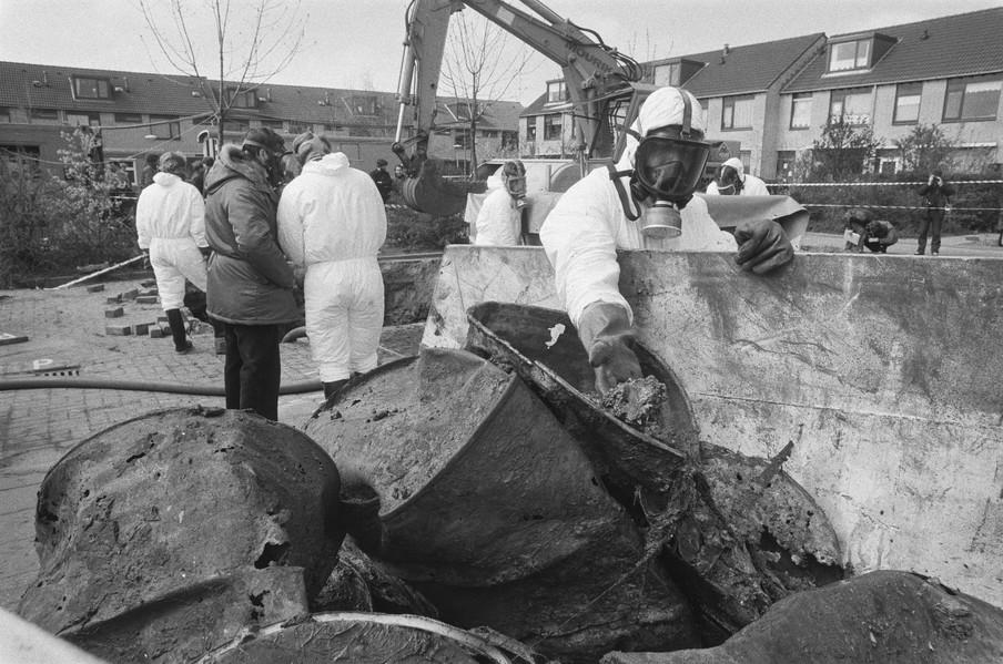Opgegraven vaten met chemische stoffen. Foto: Hans van Dijk / Nationaal Archief
