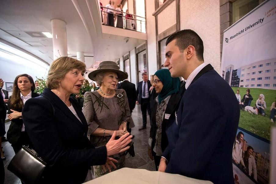 Hoseb praat met de vrouw van de Duitse president Gauck en prinses Beatrix. Foto: Hoseb Assadour