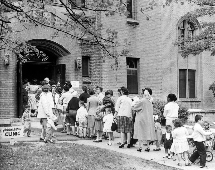 'Sabin zondag'. Ouders en kinderen staan in de rij voor een kinderziekenhuis waar poliovaccins worden uitgedeeld. Foto: Cincinnati Museum Center / Getty