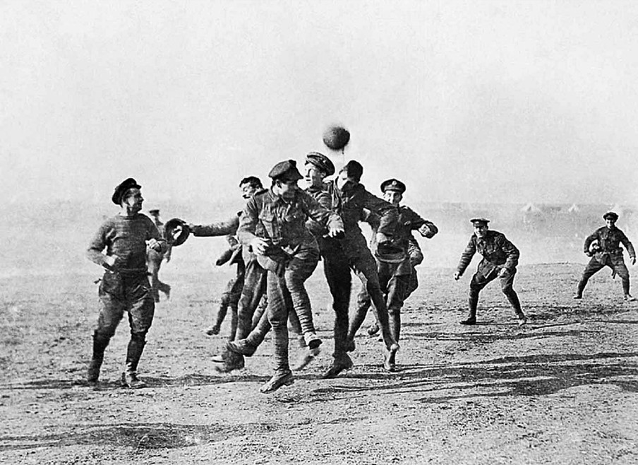 Een potje voetbal in No Man's Land. Foto: Universal History Archive / Getty