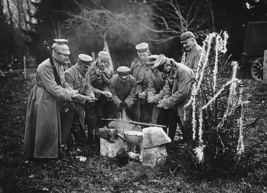 Duitse soldaten bereiden een kerstdiner tijdens de Eerste Wereldoorlog. Foto: Paul Thompson / Getty