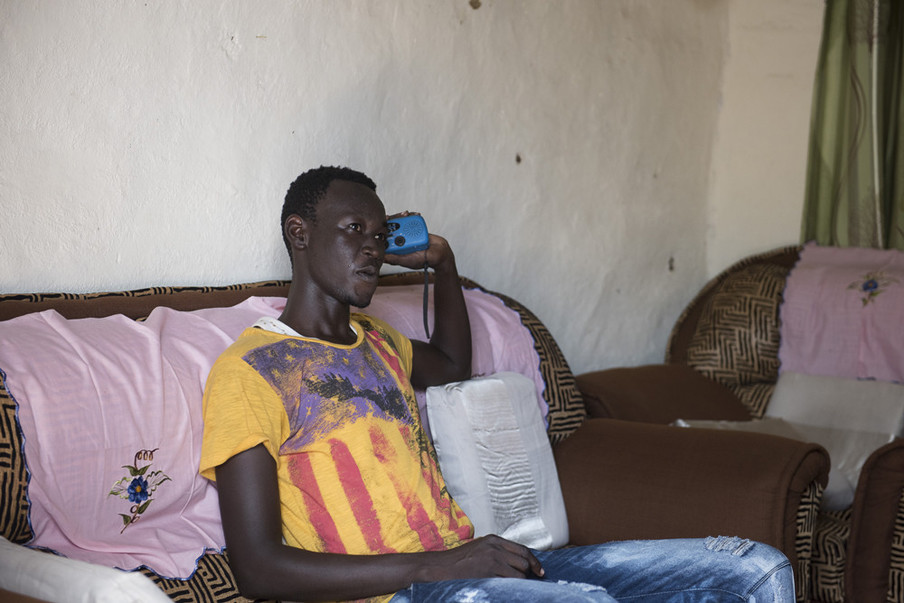 In opdracht van De Correspondent zocht fotograaf Charles Lomodong Zuid-Soedanese radioluisteraars op. Dit is Youwill Dominic. Hij luistert met name naar Eye Radio, voor sportverslagen, nieuws en muziek.