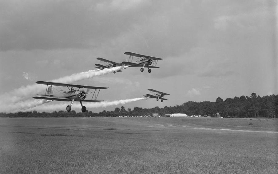 Een demonstratie van vliegtuigen die in Griekenland DDT zullen gaan sprayen, 1945. Foto: Bettmann / Getty Images