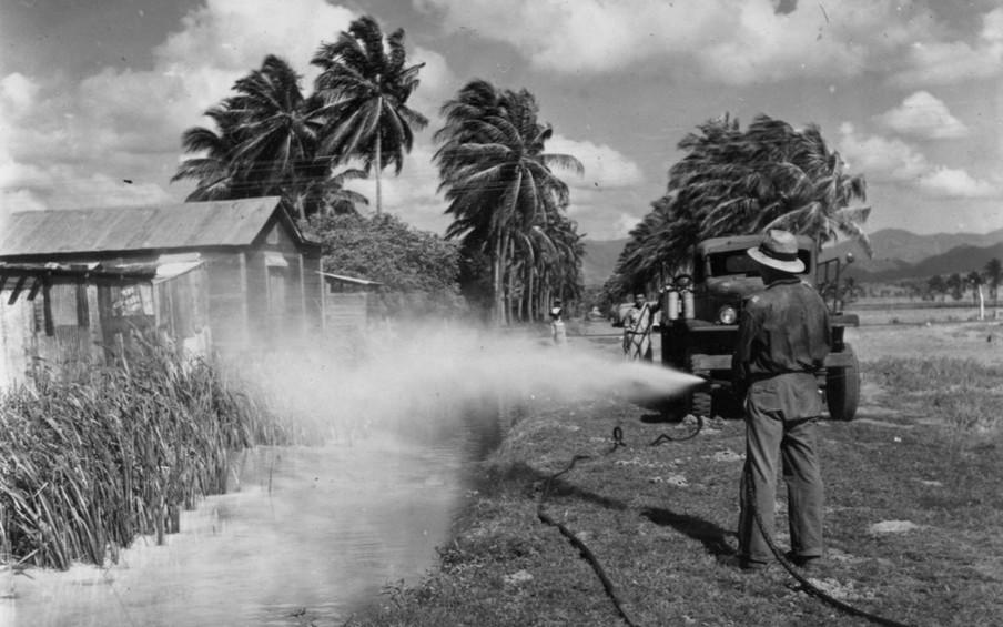 Man spuit chemicaliën om een uitbraak van malaria tegen te gaan, 1944. Foto: Edwin Rosskam / Library of Congress  via Getty Images