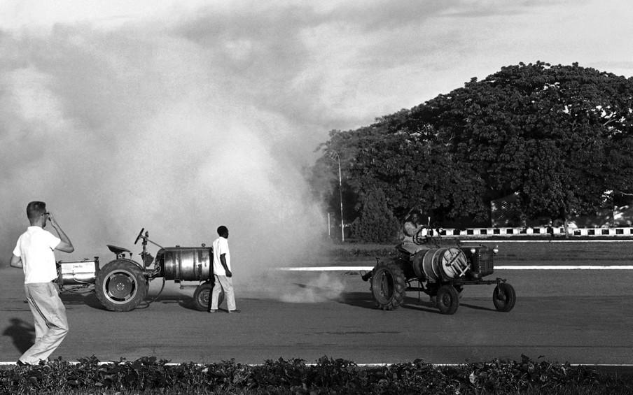 Speciale tractoren spuiten DDT in Leopoldville, Congo, 1960. Foto: Horst Faas / HH