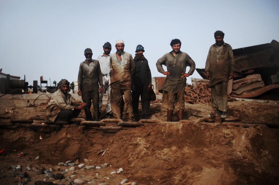Werknemers op een illegale sloopwerf van schepen in Pakistan, 2012. Foto: Roberto Schmidt / AFP