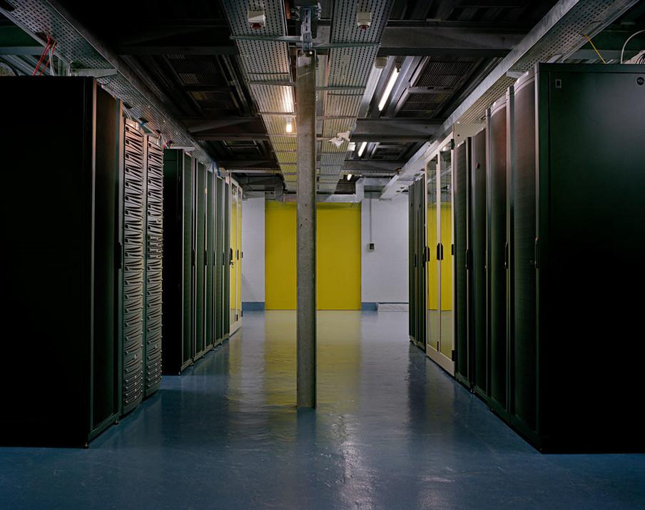 De centrale serverruimte van Mount10. Uit de serie 'Deposit' door Yann Mingard.