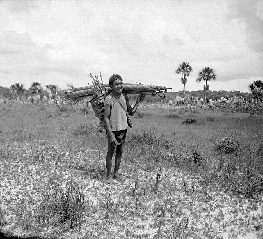Inheemse man op weg naar zijn dorp Toelinde op de savanne, 1940. Collectie Tropenmuseum, fotograaf onbekend.