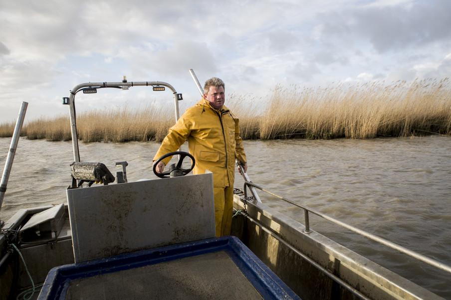Mickaël Vallée op een zijrivier van de Loire, hij heeft vergunning om op glasaal te vissen. Foto: Florian Buettner