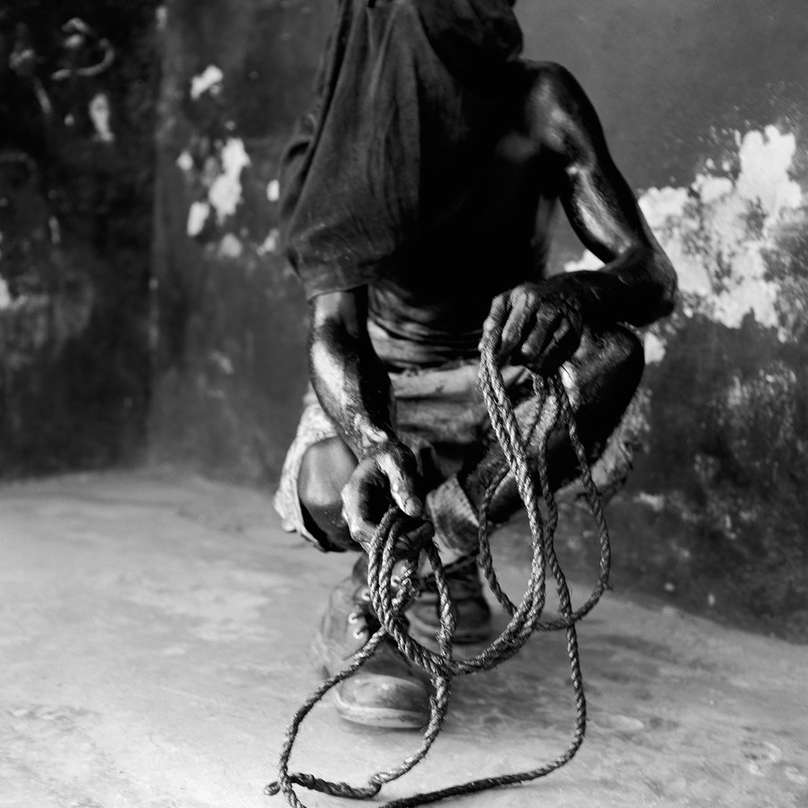 Ak Kòd, With cords, 2000. Uit de serie Kanaval door Leah Gordon.