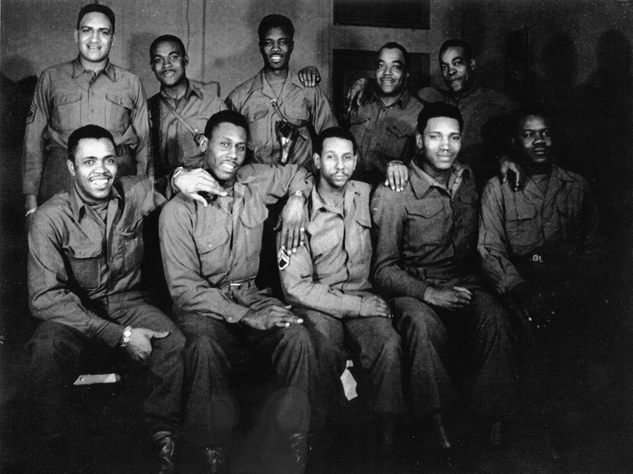 Bevrijders, ingekwartierd in de leegstaande showroom van de winkel van de firma Dom Vandenbergh in Sittard, 1944. Foto: onbekend