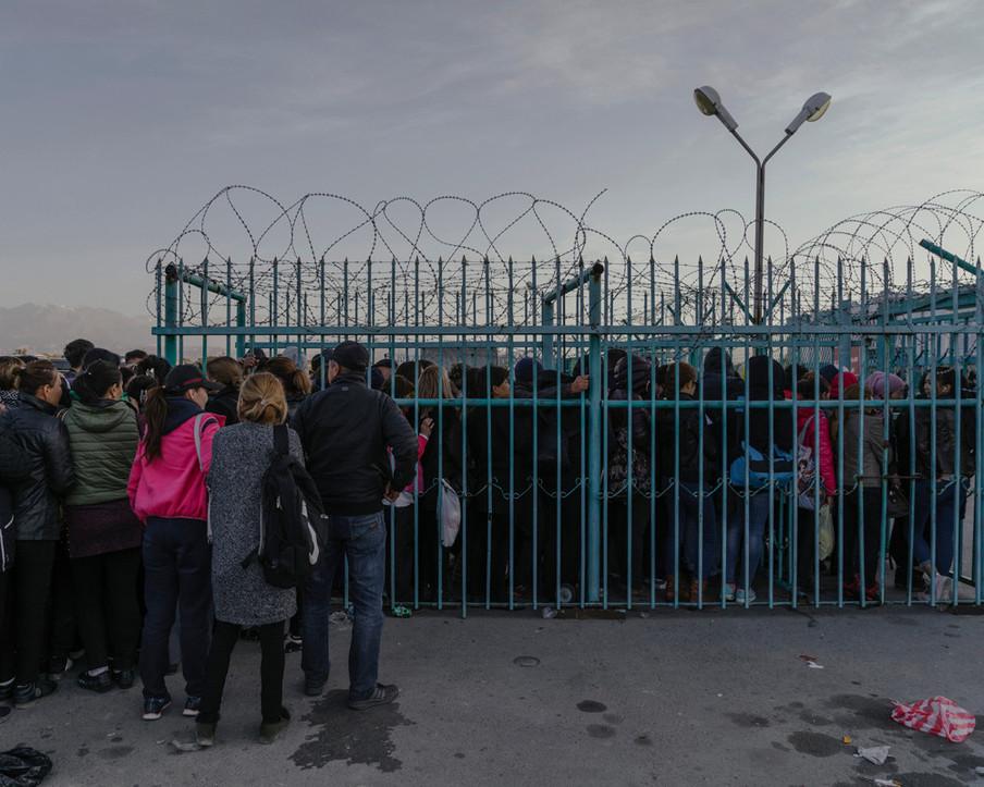 Bezoekers uit Kazachstan staan in de rij om toegang te krijgen tot de vrijhandelszone ICBC 'Khorgos', waar ze belastingvrij en zonder visa Chinese producten kunnen kopen, oktober 2017. Uit de serie 'A New Silk Road' van Davide Monteleone.