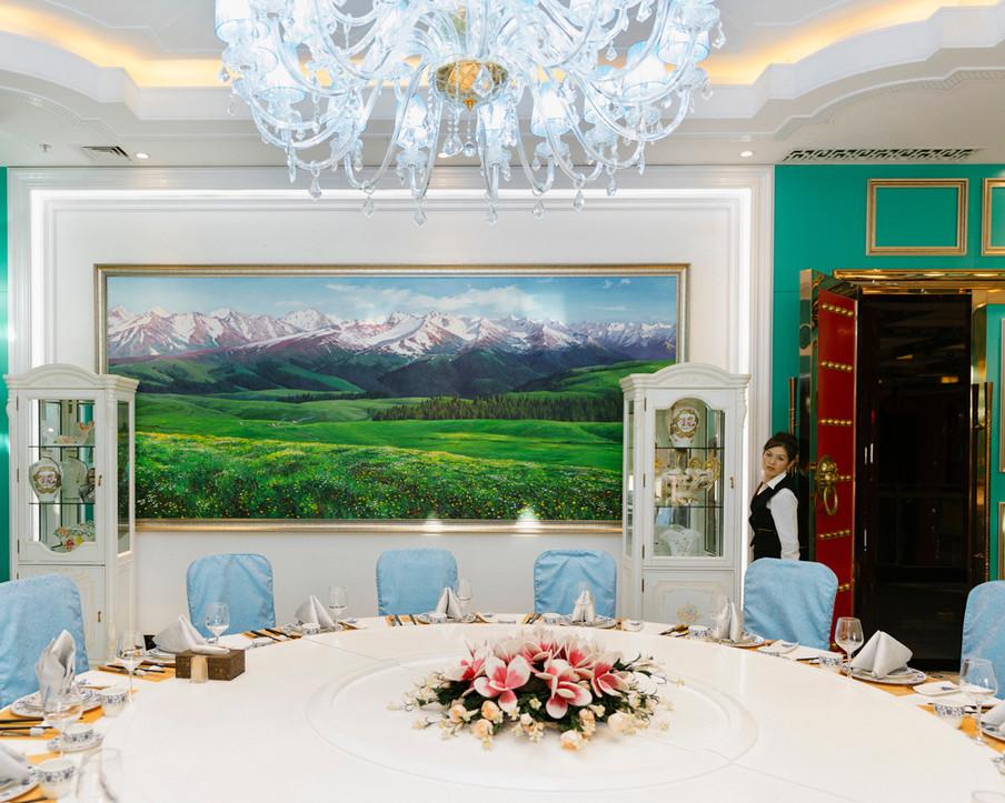 Kamer in het Chinese conferentiecentrum in de vrijhandelszone van Khorgos, oktober 2017. Uit de serie 'A New Silk Road' van Davide Monteleone.