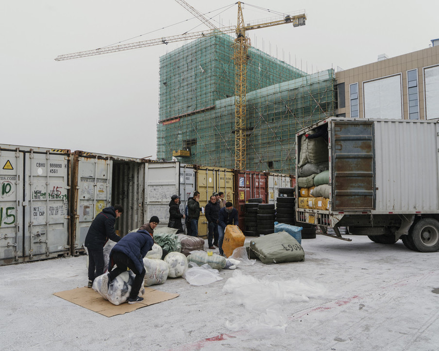Goederen worden gelost in de vrijhandelszone van Khorgos, een Chinese stad aan de grens met Kazachstan, oktober 2017. Als de spoorwegverbinding in Khorgos klaar is, zal daar naar verwachting 15 miljoen ton vracht per jaar langs worden vervoerd. Later, als de tweede Europa-China-spoorverbinding via Kazachstan is geopend, zal het volume stijgen naar 30 miljoen ton per jaar. Uit de serie 'A New Silk Road' van Davide Monteleone.