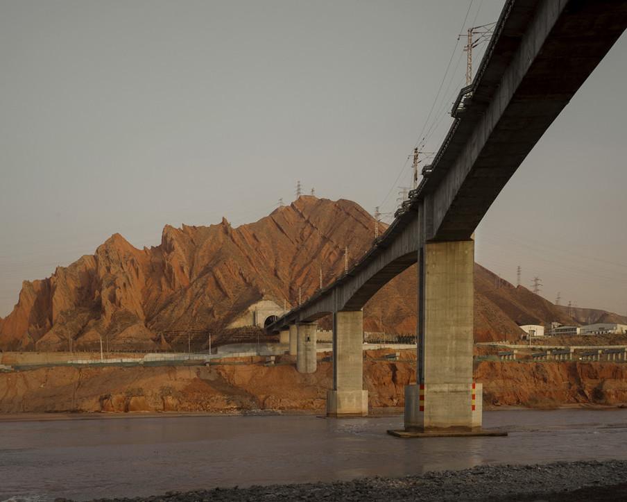 Uitzicht op de Gele Rivier in Lanzhou, Centraal-China, december 2017. Uit de serie 'A New Silk Road' van Davide Monteleone.
