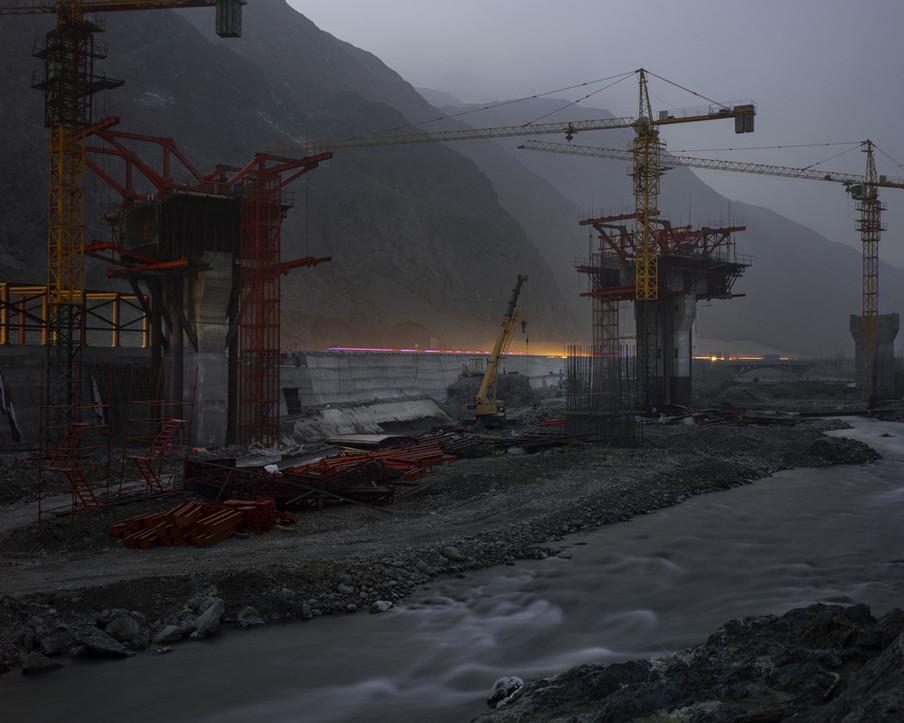 Constructies om Khorgas, aan de grens tussen China en Kazachstan, via spoor- en snelwegen te verbinden met Delian, in de uiterst oostelijke provincie Liaoning, 2017. De Lanzhou-Xinjiang-hogesnelheidslijn in Noordwest-China, waaraan beide plaatsen liggen, wordt gezien als belangrijkste verkeersader van het 'One Belt, One Road'-initiatief. Uit de serie 'A New Silk Road' van Davide Monteleone.