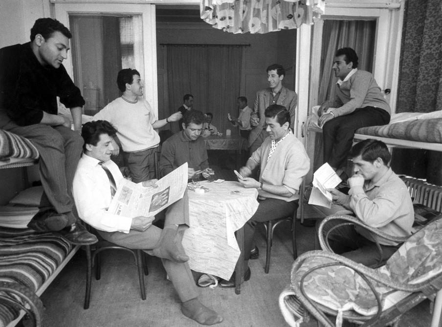 Vijf Marokkaanse en acht Turkse gastarbeiders op hun kamer. Foto: Spaarnestad / HH