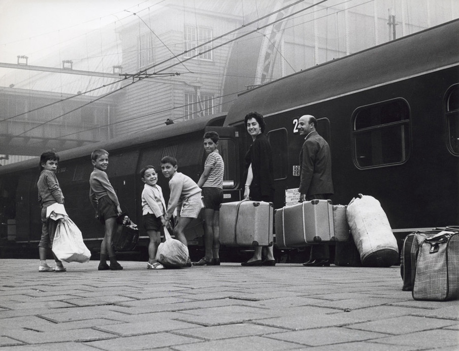 Italiaanse gastarbeider verwelkomt zijn gezin dat hij naar Nederland heeft laten overkomen. Centraal Station, Amsterdam, 1961. Foto: Spaarnestad / HH