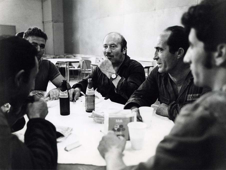Italiaanse en Turkse gastarbeiders tijdens een pauze in de kantine van bandenfabriek Vredestein. Nederland, Den Haag, september 1971. Foto: Spaarnestad / HH