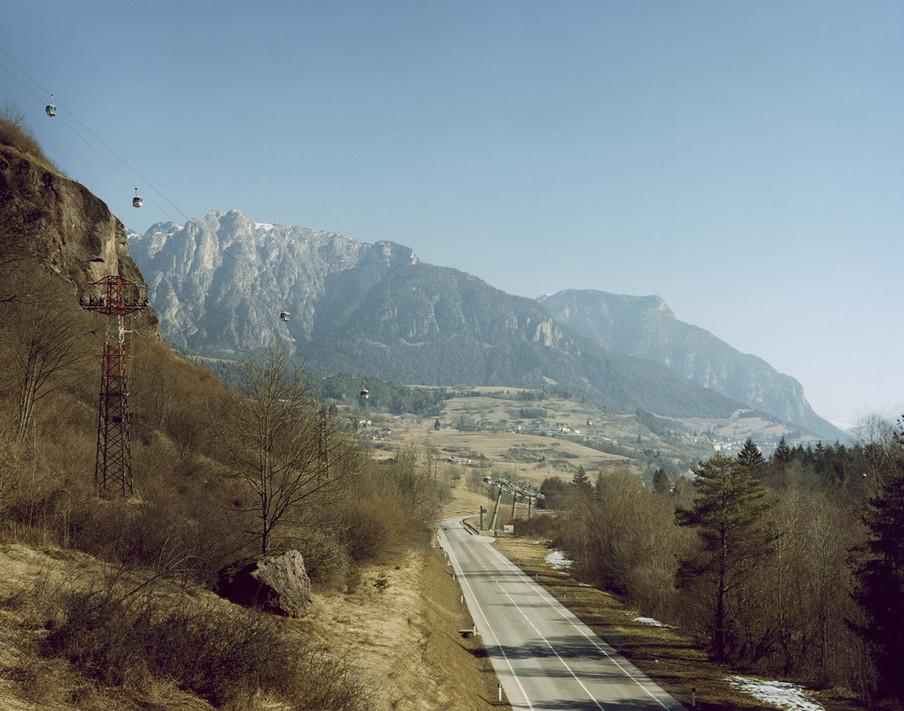 Op 3 februari 1998 raakt een laagvliegend Amerikaans militair vliegtuig de kabel van een gondel in het Cavalese skigebied. Een van de liftbakken stort 200 meter naar beneden. Het ongeluk kost twintig mensen het leven. Uit de serie Disaster Areas door Gert Jan Kocken