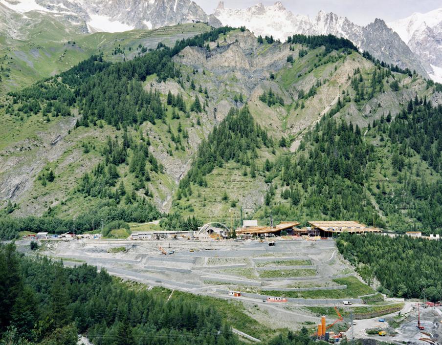 Op 24 maart 1999 leidt een brand in de Mont Blanc tunnel tot 41 doden. Uit de serie Disaster Areas door Gert Jan Kocken