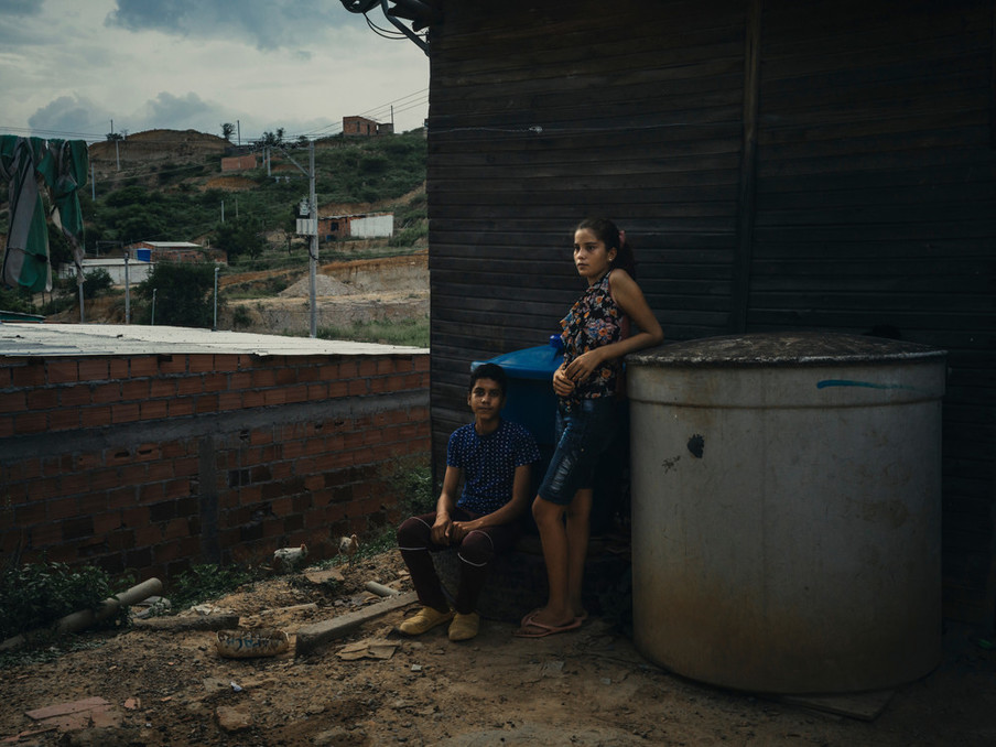 De Venezolaanse Laura en haar broer Jorge wonen het afgelopen half jaar in een van de geïmproviseerde huizen aan de rand van van Cúcuta, Colombia. Foto: Greg Kahn, 2018