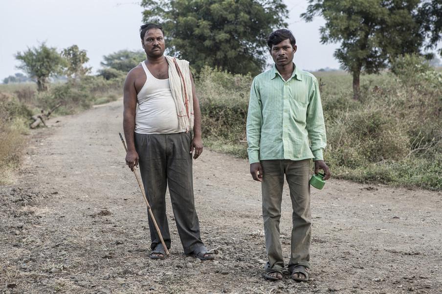 Twee jonge katoenboeren uit Tiwasa, Maharashtra, India. Uit de serie 'Graves of Cotton' door Fernando Del Berro