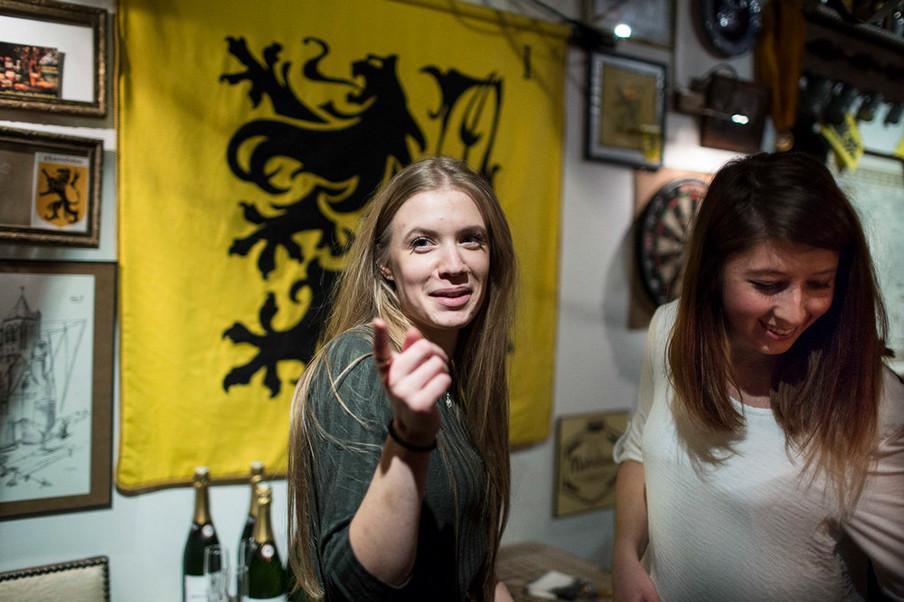 Sympathisanten van Génération Identitaire Flandres in sociëteit La Citadelle in Lille voor de Vlaamse 'strijdvlag', een variant van de Vlaamse vlag die vooral door aanhangers van een onafhankelijk Vlaanderen wordt gebruikt. Foto: Yann Castanier