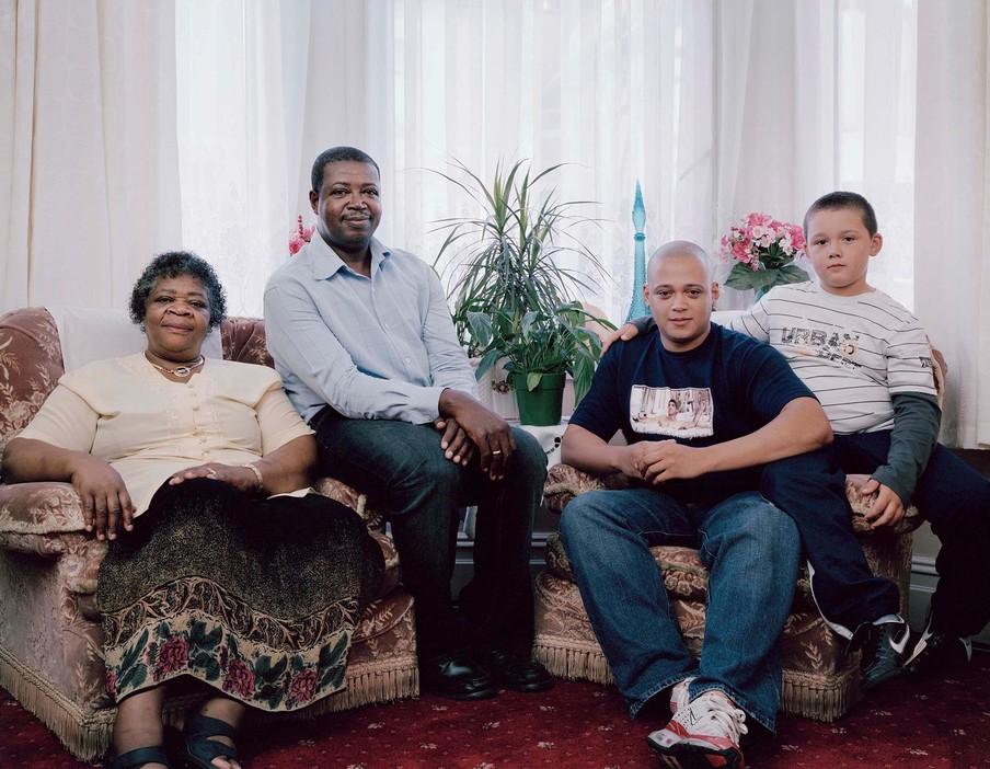 Advira Smith (69), Bransford Smith (51), Michael Collins (28) en Joshua Flude (10) uit de serie Generations door Julian Germain