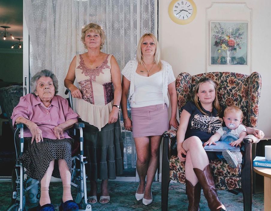 Nellie Thorpe (85), Christine Ward (55), Lynne Bathgate (36), Lindsay Bathgate (18) en Tegan Bathgate (21 months) uit de serie Generations door Julian Germain